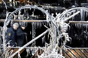 """FÖRÖDELSE. Per Ringqvist, brandinspektör och Sven-Olof Sundqvist, kriminaltekniker undersöker den bostad där branden började. """"Det är helt utplånat, det är ett under att ingen kom till skada"""", säger Sundqvist."""
