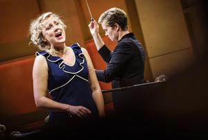 Sofie Asplund sjunger Gildas aria ur Rigoletto - ett av kvällens riktiga operaörhängen. Koloratursopranen från Åland avgick dessutom med segern. Bild: Lia Jacobi