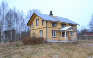 """""""Huset har renoveringsbehov men stor potential"""", skriver mäklaren om huset i Östra Fors. Foto: Alexandra Kristofic"""