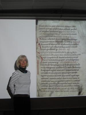 Karin Borgkvist framför Riksarkivets äldsta dokument.