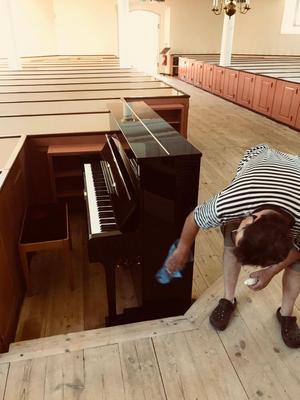 Pianoteknikern Ante Ribicic inspekterar det nya pianot som numer är på plats i Silvbergs kyrka.Foto: Daniel Larsson