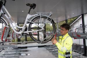 En relativt tung cykel lyfts lätt tack vare en konstruktion med mekanisk lyfthjälp. På så vis står 36 cyklar på marken och 36 stycken 1,5 meter ovanför.
