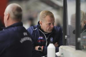 Vänersborgs tränare  Ari Holopainen valde att skola om Robin Lundqvist till högerhalv. Ett lyckat drag, har det visat sig.