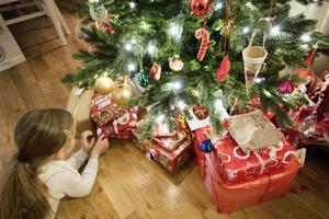 Julklappar och tindrande barn? Nej, alltför många ungar har ett helvete under julhelgen. Foto: Gorm Kallestad / NTB scanpix / TT