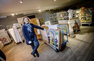 Lena Brättorp är föremålsintendent på Örebro läns museum. 2000 tavlor ska packas ner och magasineras, ett arbete som man räknar med kommer att pågå till fram i vår.