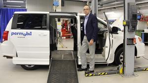 Rikard Rönn vid en av de bilmodeller som bilanpassningsenheten i Timrå byggde om för att passa funktionsnedsattas behov.