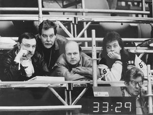 VLT:s sportredaktion lär sig allt om curling inför VM i Västerås 1990. Från vänster: Olle Stenberg, Bernt Jangendahl, Tord Källström och Patrick Kipler. Foto: ???