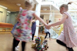 En livlig ringdans ingick i föreställningen