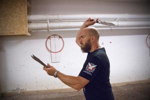 Marcus Pehart från Arboga visar  en kastserie med rotation, det vill säga att kniven roterar på vägen mot tavlan.