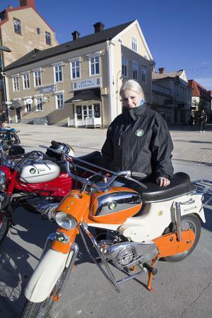 Lotten Jakobsson har varit intresserad av motorer sedan barnsben. Hon har dagen till ära åka från Dvärsätt in till stan för att visa upp sin moped.