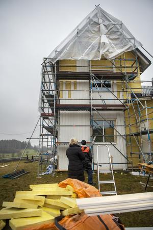 I den ena flygeln, en trappa upp i huset har Nivren folkdansgille sin klubblokal, i den andra finns en hyreslägenhet som sedan fyra år hyrs av Viola Bogstag.