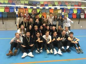 Jubel blev det förstås för de framgångsrika niondeklassarna från Maserskolan som knep både guld och brons i skol-SM i handboll. Foto: Privat