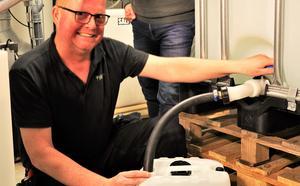 Magnus Lindblad, Drifttekniker Västfastigheter, fyller en dunk med desinfektionsmedel.