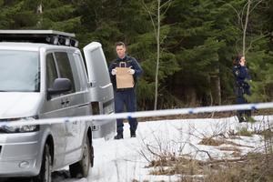 """Kriminaltekniker Nils Myhr från Uppsala bär insamlat material från fyndplatsen i Önstaskogen till teknikerbilen. """"På den nivån som jag kan avgöra så är det mänskliga delar"""", sa han till VLT efter fyndet gjorts."""