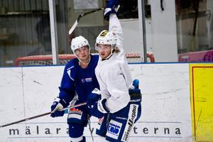 Målskytten Tobias Sjökvist tackar också för sig i Köping Hockey.Foto: David Eriksson