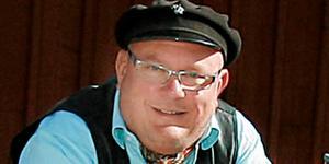 Roslagsprofilen Michael Blum som vi är vana att se honom, med mössan käckt på svaj. Den 17 maj blir han 60 år.