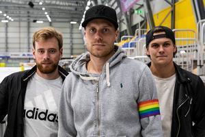 Philip Lennartsson bär kaptensbindeln i VBK i vinter, här flankerad av vicekaptenerna Pontus Blomberg (till vänster) och Pontus Vilén (till höger). BILD: Vetlanda BK