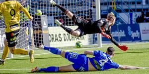 Pawel Cibicki stänger matchen mellan Elfsborg och GIF Sundsvall när han skickar in 3–1. Alexander Blomqvists glidbrytning kommer för sen och William Eskelinen sprattlar förgäves. Bild: Adam Ihse/TT