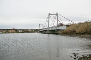 E45 går över Ströms Vattudal med hjälp av Strömsundsbron. Det är en 330 meter lång kabelbro.