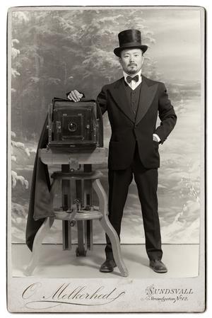 Under Stenstadsdagarna kan man bli fotograferad i tidstypiska kläder. Så här ser porträttfotografen själv ut i den versionen. Bild: Sundsvalls Museum