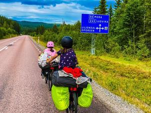 Eva och Dana på sin färd med Dala-Järna som mål. Foto: Mikael Strandberg.