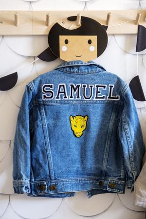 Samuels jeansjacka hänger framme och blir en snygg inredningsdetalj.
