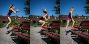 Stå framför bänken, hoppa sedan ett jämfotahopp eller kliv upp på bänken. Hoppa eller kliv sedan av bänken.