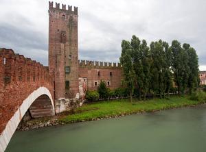 Borgen Castelvecchio ligger vid floden Adige, som löper genom Verona.   Foto: Steve Heap/Shutterstock.com