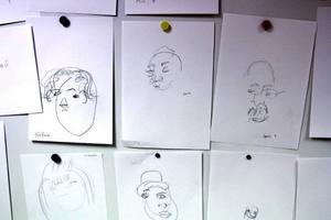 Porträtt gjorda under bordet.