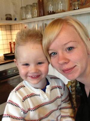 Mamma Hannah Bågling Källström skulle servera sonen Elis gröt men hittade allt annat än bara fruktbitar i förpackningen.
