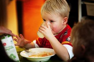 Axel Bergqvist tar en klunk mellanmjölk till maten men framöver blir det lättmjölk i glaset. Allt enligt Livsmedelsverkets råd och rekommendationer.