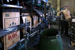 Skogens Kol lägger ned produktionen i Sibo, men viss försäljning blir kvar.