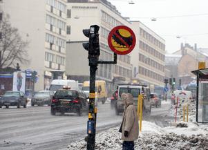 Hornsgatan i Stockholm var den första körsträcka i landet som fick dubbdäcksförbud. Det finns också förbud mot dubbdäck på fler gator i Stockholm, Uppsala och Göteborg.