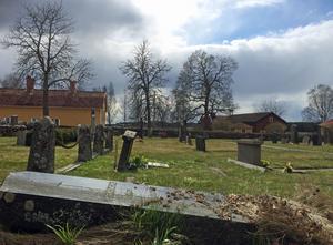 Kvar från 2011? Efter dödsolyckan i Bollebygd 2011 där en liten flicka skadades så allvarligt på en kyrkogård att hon dog kontrollerades alla gravstenar. Många av de stenar som ansågs för instabila lades då ner för att fler olyckor inte skulle kunna hända.