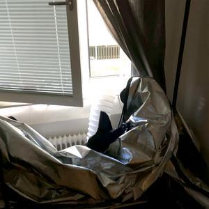 Ventilationen mynnade ut genom ett fönster – och det var utanför det fönstret som polisen kände lukten av odlingen. Bild: Polisens förundersökning.