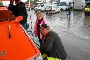 INSKOLNING. Ida Larsson 7 år ska bli rallyförare när hon blir stor. Här lär mekanikern Roger Granlund henne att byta däck.
