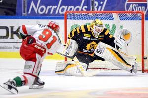 Den 25 oktober vann Joni Ortios Skellefteå med 10–4 mot Jacob Lagaces Mora.Foto: Simon Eliasson/Bildbyrån