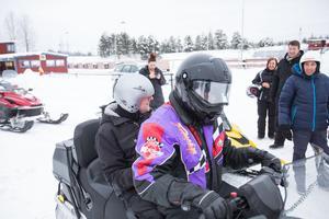 Mikael Olofsson höll i sig ordentligt när det var dags att åka. Turen gick runt motorstadion.