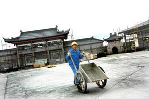 Bild: Katarina Lönnberg datum: 2007-05-04.  28 kinesiska byggnadsarbetare har anlänt till Älvkarleby. Nästa vecka kommer ytterligare 40 kineser. Det är fjärde säsongen för arbetarna att bygga om Dragon Gate till ett kinesiskt turist- och handelscentrum. För att hinna klart till invigningen i höst har extra många byggnadsarbetare skickats hit.