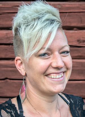 """""""Jag tycker att alla kan gå i Pridetåget, oberoende av sexuell läggning"""" säger Angelica Sjöholm."""