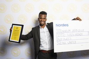 Daud Awees med priserna; ett diplom och en stipendium på 50 000 kronor. Foto: Evelina Carborn