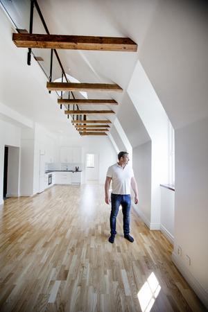 I några lägenheter har KBB tagit bort vindsvåningen och fått luftiga ytor med loft. Ägaren Jan Pettersson är nöjd med renoveringen som tagit fyra år.