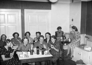 1939. Kaffepaus på skofabriken Svensk skoindustri AB, Pappersbruksallén Örebro. Bildkälla: Örebro stadsarkiv/Eric Sjöqvist.