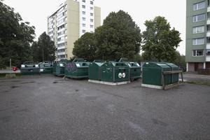 Återvinningsstationen har tillfälligt placerats på stora parkeringen vid entrén till Hillängens fotbollsplaner. Kommunen och FTI funderar som bäst på var stationen ska stå i framtiden.