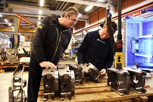 Platschefen Patrik Johansson, till vänster och  Daniel Karlsson med några komponenter som är på väg att bli klara för leverans till kund.