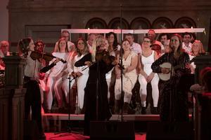 """Undersåkerskören gästades av folkmusiktrion Lena Willemark, Lisa Rydberg och Sofie Livebrant. Dessa tre avslutade därmed sin julturné """"I vinterskrud"""" på riktigt. Foto: Johannes Adolfsson"""