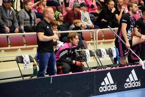 Johan Rehn på bänken – inte en helt vanlig syn.