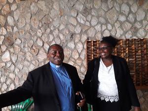 I Bukoba, Tanzania, träffade Zilgme Eglite Faith Lugazia och en präst.