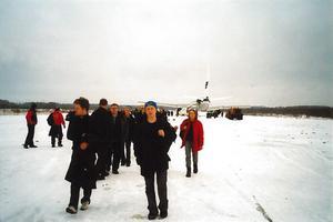 Passagerarna fick promenera tillbaka till landningsbanan genom snön.