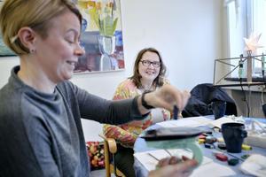 Tuula Andersson kollar in Carola Snars teknik.